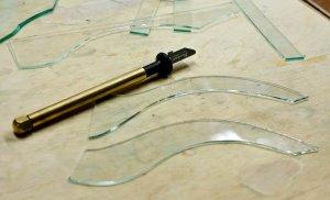 Фигурная резка стекла масляным стеклорезом