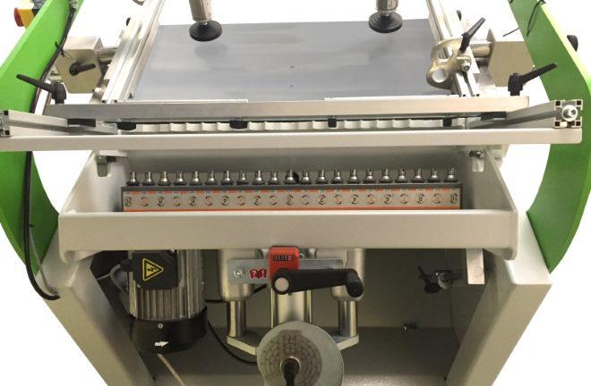 Сверлильная голова станка WOODTEC-21 позволяет выполнять сверление в торец, в пласть или под углом