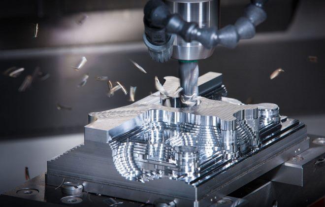 Станок с ЧПУ обрабатывает металлическую заготовку