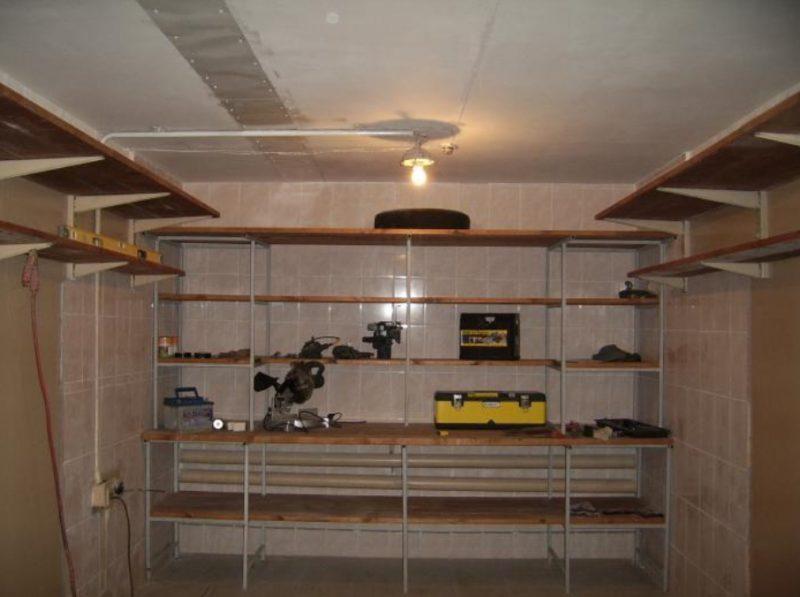 Для гаража имеет смысл выполнить стеллаж под самый потолок