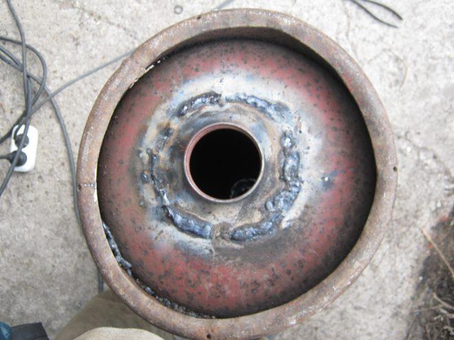 Для засыпного отверстия можно приспособить крышку от старого огнетушителя