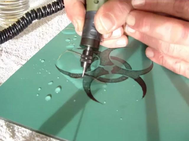 Ручной гравер в работе
