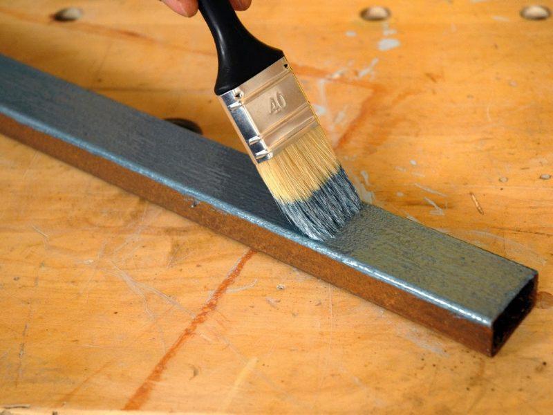 Металлические элементы стеллажа обязательно нужно покрасить