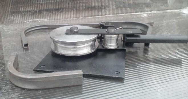 Конструкция элементарного трубогибочного приспособления проста и доступна для самостоятельного изготовления