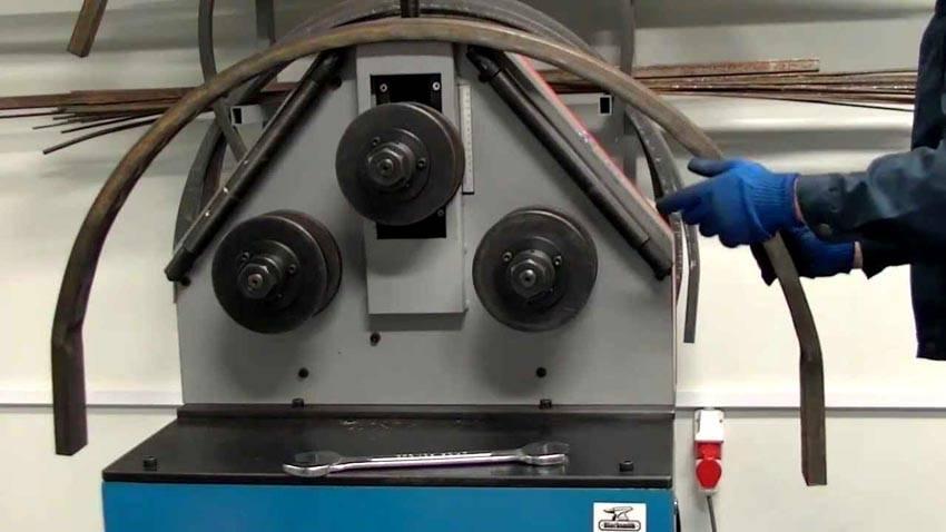Электромеханическое устройство способно гнуть изделиялюбого сечения, достаточно лишь купить ролик для трубогиба профильной трубы необходимого размера