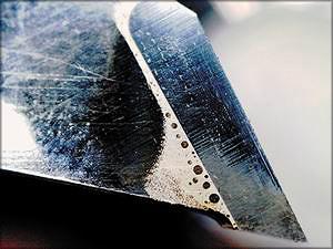Фото 2. Пайка зуба пилы проведена с перегревом зуба и флюса. Хорошо видны пузыри от сгоревшего флюса