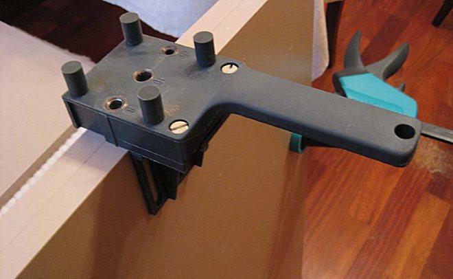 Для облегчения разметки и выдерживания строго перпендикулярного положения сверла используют шаблон для сверления отверстий под конфирмат
