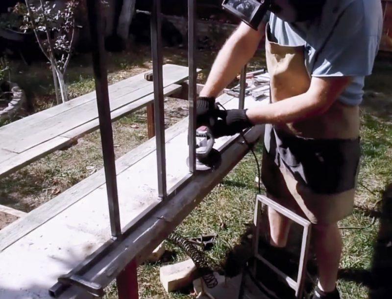 Сварные швы следует зачистить болгаркой или напильником