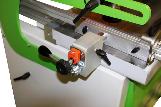 На станке с массивными стальными упорами линеек настройки выполняются точнее, а головка ходит строго параллельно заготовке