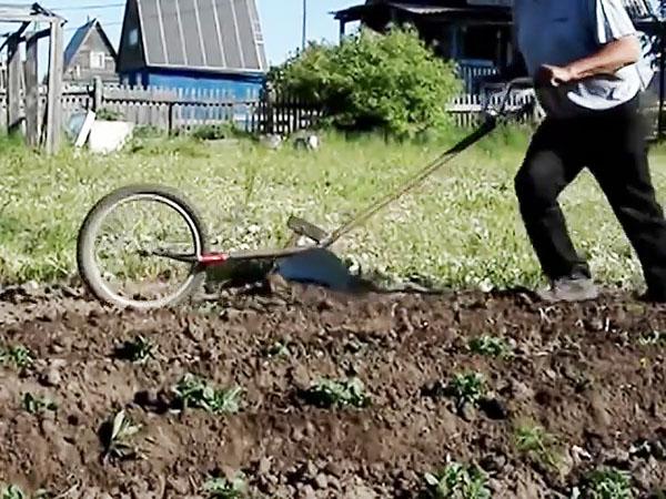 Как сделать ручной окучник картошки из старого велосипеда
