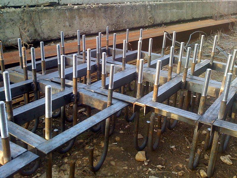 Фундаментные болты, установленные перед заливкой фундамента