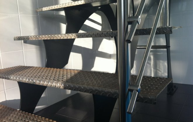 Применение рифленого листа при изготовлении лестницы